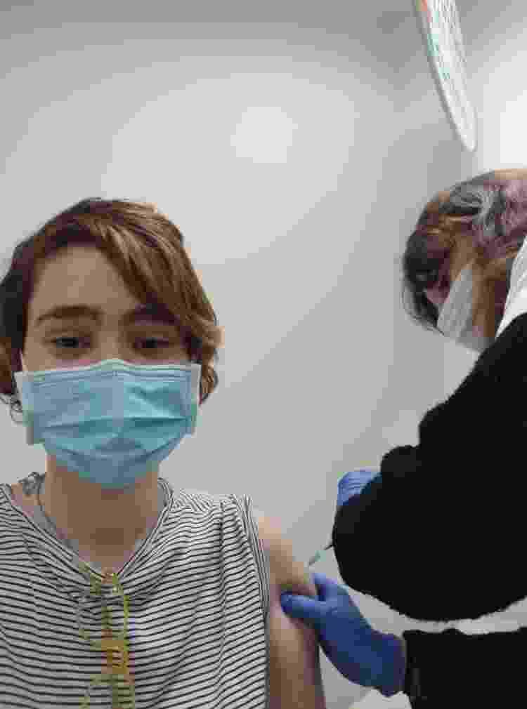 A jornalista Laura Capelhuchnik, tomando a primeira dose da vacina da Pfizer contra covid-19 - Laura Capelhuchnik/Arquivo pessoal - Laura Capelhuchnik/Arquivo pessoal