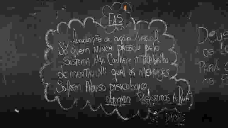 Protesto contra a FAS (Fundação de Ação Social de Curitiba) escrito em tapume da marquise - Theo Marques/UOL - Theo Marques/UOL