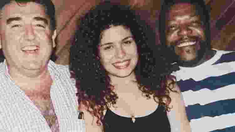 Antes da transformação, Adryana Ribeiro entre o produtor Miguel Plopschi e seu ''patrono'' Martinho da Vila - Divulgação - Divulgação