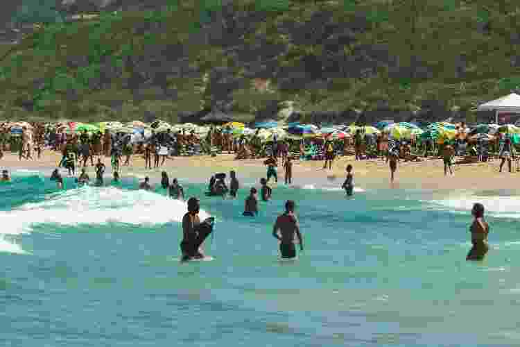 Banhista na praia do Rosa, em Imbituba (SC), no sábado (9) - Isadora Camargo/UOL - Isadora Camargo/UOL