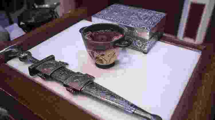 A espada que separa o território sagrado e pote com vinho, mel e leite, em culto dos Helênicos Étnicos, em Atenas - Andre Naddeo/UOL - Andre Naddeo/UOL