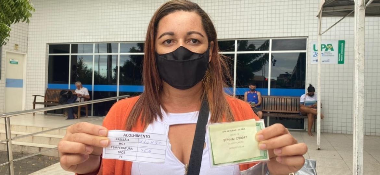 A dona de casa Eliane Sales, 39, na UPA Gregório Lourenço Bezerra, em Olinda  - Marcelo Henrique Andrade/UOL