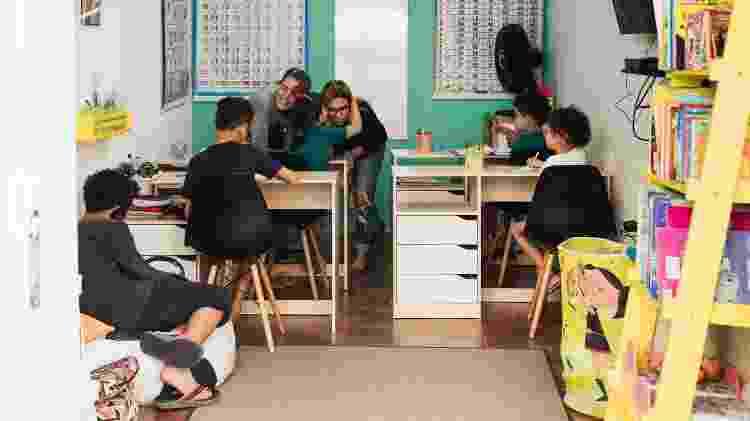 O casal Cláudia Fernandez e Bárbara Sampaio com os cinco filhos adotados no início da pandemia - Pryscilla K./UOL - Pryscilla K./UOL