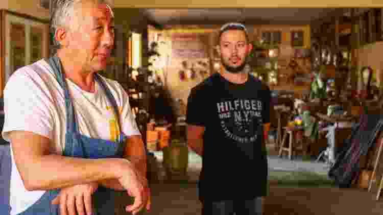 Edson Suemitsu e o filho Guilherme, aprendiz na fabricação de katanas, em Curitiba - Theo Marques/UOL - Theo Marques/UOL