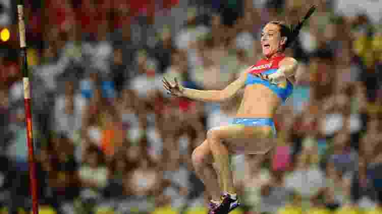 A russa Yelena Isinbayeva durante salto com vara no Mundial de Atletismo de 2013, em Moscou - Stephane Kempinaire/DPPI/Frame/Folhapress - Stephane Kempinaire/DPPI/Frame/Folhapress