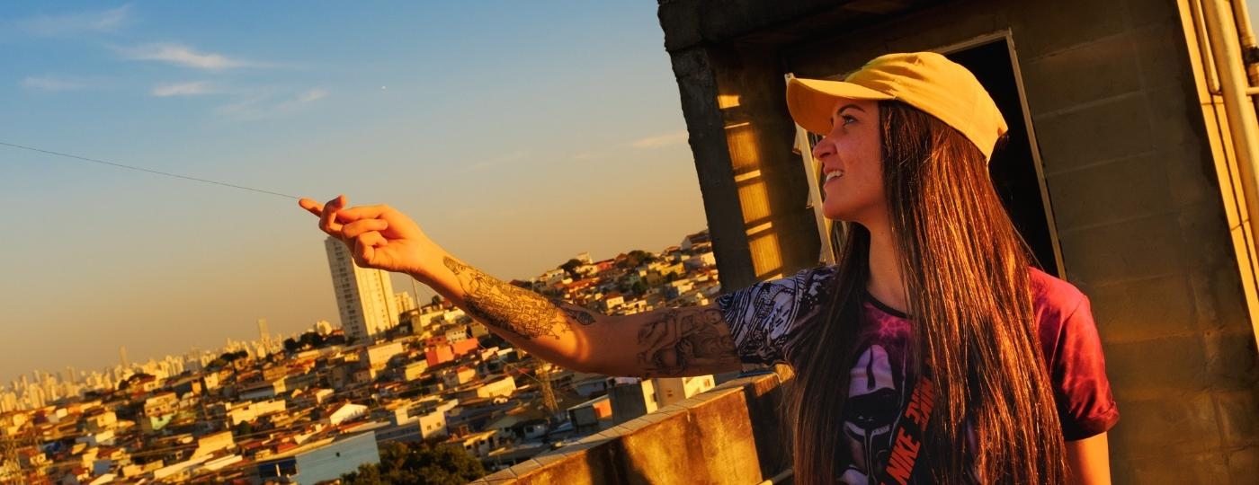 Rafaella Fioravante, 20, é uma influenciadora digital conhecida por conta de seus vídeos sobre a cultura da pipa. Sua missão é popularizar ainda mais a pipa no Brasil - Felipe Larozza/UOL