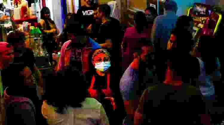 """Bete (ao centro, de máscara), no bar que leva seu nome: """"É muito tempo trancado, preso, e agora eles estão saindo, estressados"""" - Gabi Di Bella/UOL - Gabi Di Bella/UOL"""