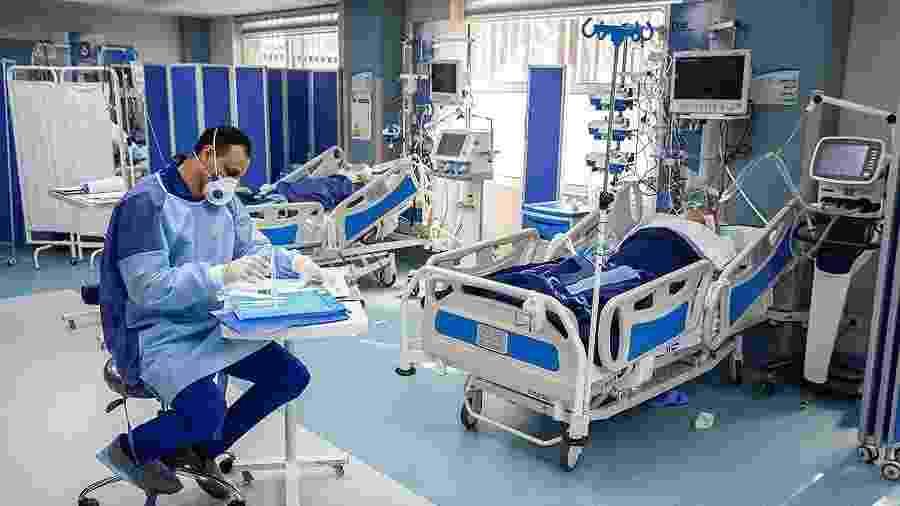 Médico acompanha paciente com covid-19 no Irã - Fars News Agency - Mohsen Atayi / CC BY 4.0