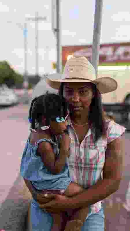 Keiara, única cowgirl do grupo dos Compton Cowboys, com sua filha, Taylor - Walter Thompson-Hernández/Divulgação - Walter Thompson-Hernández/Divulgação