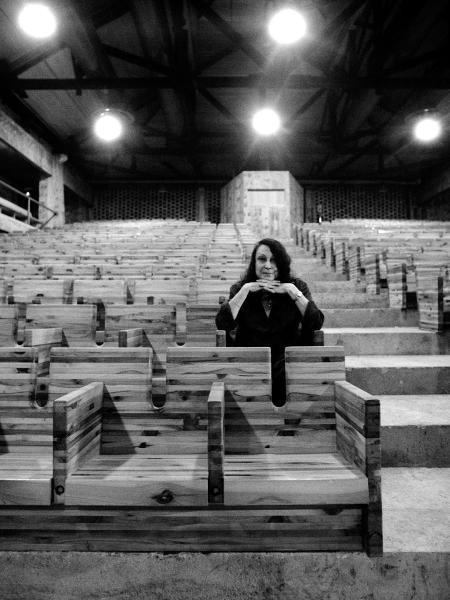 A arquiteta Lina Bo Bardi posa no Sesc Pompeia, que foi projetado por ela - Bob Wolfenson