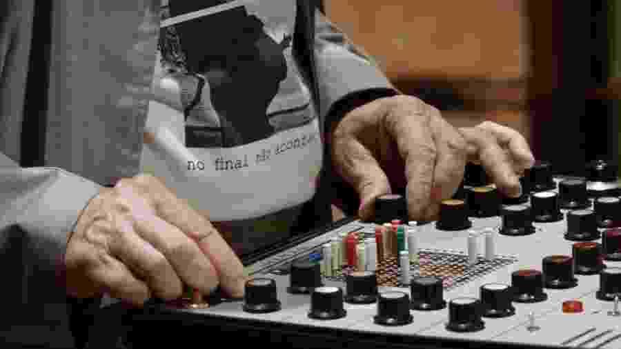 """As mãos do compositor Jorge Antunes em cena do documentário """"Eletronica:mentes"""" - Divulgação"""