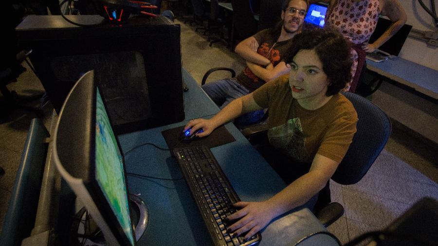 Amanda de Oliveira, 23, estagiária de programação, investe em games  para adquirir roupas para seus personagens virtuais - André Lucas/UOL
