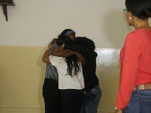 Mãe e filha se abraçam durante uma sessão de constelação familiar no fórum de Valença (BA) - Reprodução/CNJ