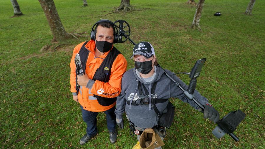 Carolini Tabarelli e Cleverson Pavan, do Clube de Detectorismo de Curitiba, buscam objetos enterrados no gramado do Parque Barigui - Theo Marques/UOL