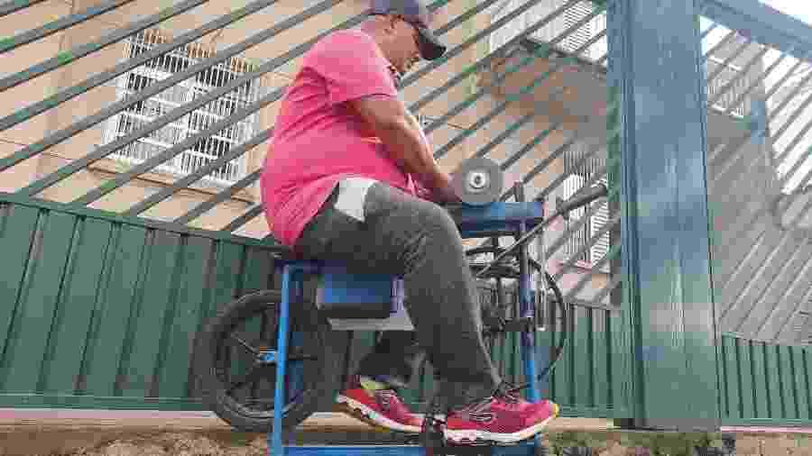 O amolador ambulante Aparecido Lima trabalha em calçada da Pompeia, bairro da zona oeste de São Paulo - Rodrigo Bertolotto