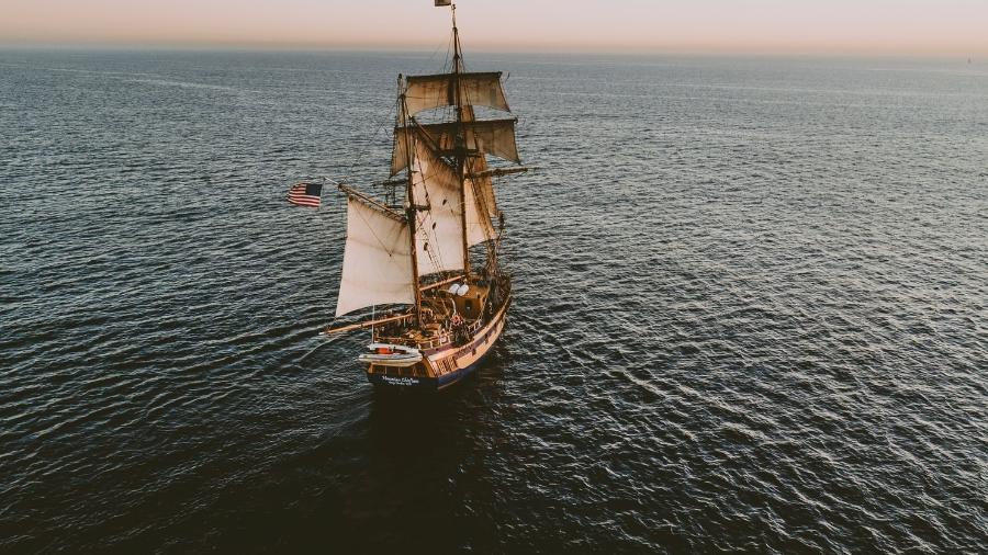 Piratas já não usam grandes embarcações à vela para atacar, mas ainda são problema nos oceanos - Austin Niell/Unsplash