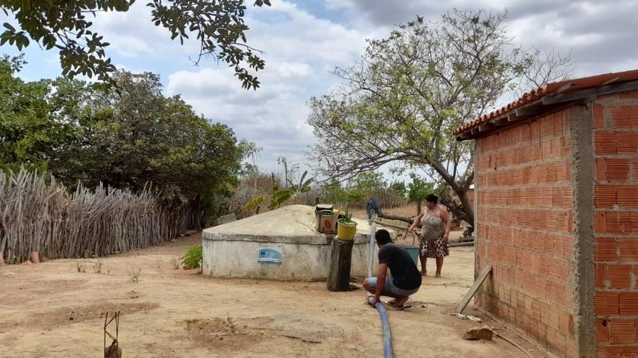 Moradores de Novo Zabelê enchem cisterna com água de carro pipa - Acervo pessoal