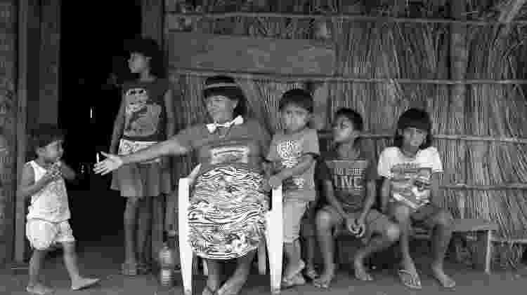 A cacica xavante Carolina Rewaptu, rodeada pelas crianças da Terra Indígena Marãiwatsédé, no Mato Grosso - Mariana Leal/Instituto Vladimir Herzog - Mariana Leal/Instituto Vladimir Herzog