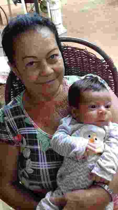 Hoje bisavó (na foto, com seu bisneto mais novo), Lourdes ainda carrega as dores das perdas vividas por sua família: 'Todo dia é uma luta' - Acervo pessoal - Acervo pessoal