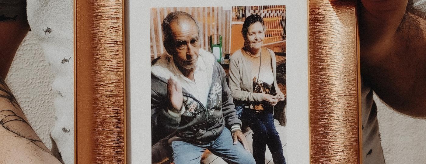 Em 2020, Hewertton Avelar perdeu os avós maternos em um espaço de dez dias por causa da covid-19. Mais de sete meses depois, Avelar segue sem saber onde a avó foi enterrada em Paranaguá (PR) - Carine Wallauer/UOL