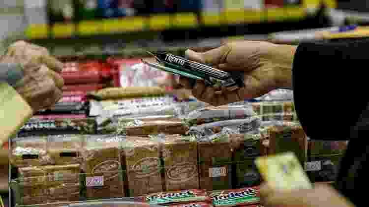 Homem compra chiclete na banca de Salvador Neves - Mariana Pekin/UOL - Mariana Pekin/UOL