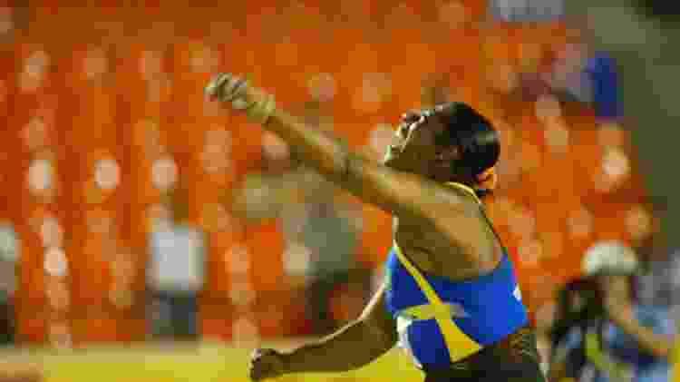 Elisangela Adriano ganha a medalha de prata no arremesso de peso nos Jogos Pan-Americanos de Santo Domingo (República Dominicana), em 2003 - Antonio Gauderio/Folha Imagem - Antonio Gauderio/Folha Imagem