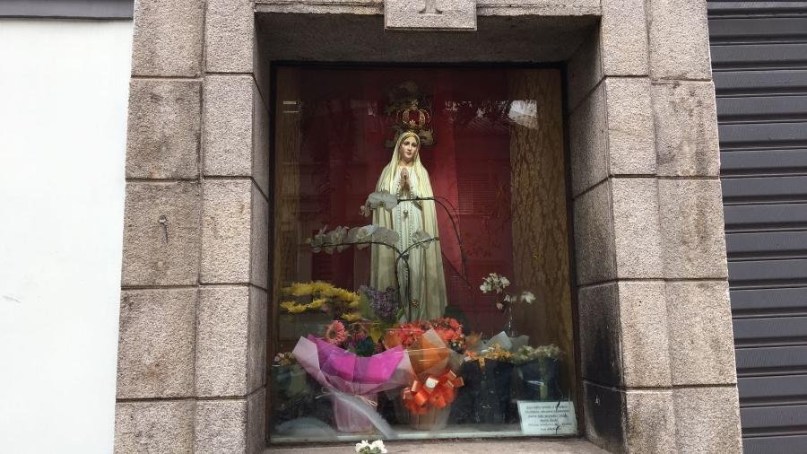 No bairro de Santa Cecília, pessoas rezam e deixam flores em oratório para Nossa Senhora de Fátima - Mateus Araújo/UOL
