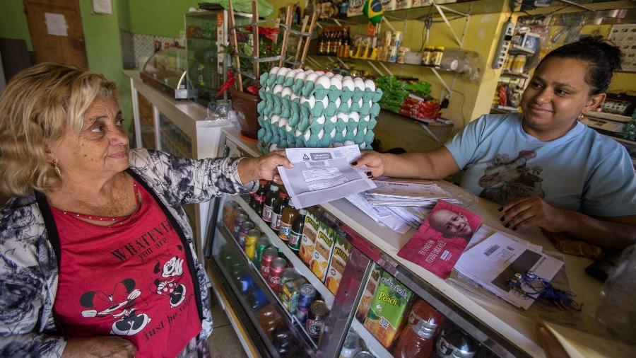 Aparecida da Conceição Rodrigues, 39, dona do bar que recebe cartas para rua Particular, Cidade Tiradentes - André Lucas/UOL