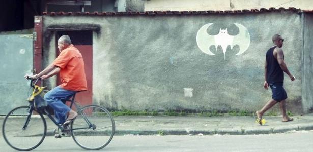 Símbolo do Batman demarca território da milícia na zona oeste do Rio de Janeiro