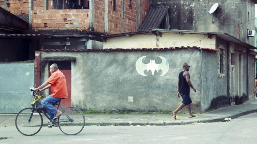 Símbolo do Batman demarca território de milícia na Zona Oeste do Rio de Janeiro - Marcelo Piu/Agência O Globo