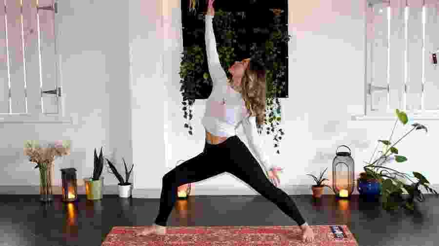 Mulher treina posição de yoga em Belfast, na Irlanda do Norte - Zen Bear Yoga/Unsplash