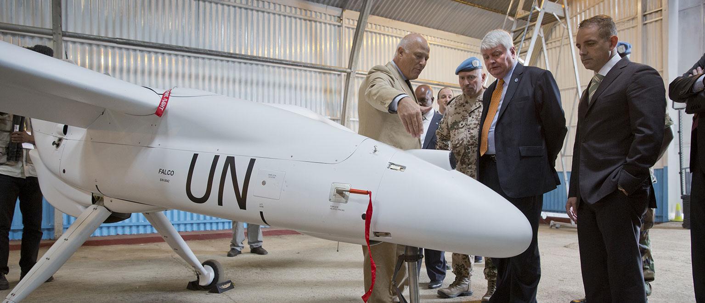<strong>Ajuda humanitária</strong> Quando um desastre atinge uma área e a isola, os drones podem ser uma ótima opção para o transporte rápido de alimentos e remédios. Eles também podem localizar sobreviventes.