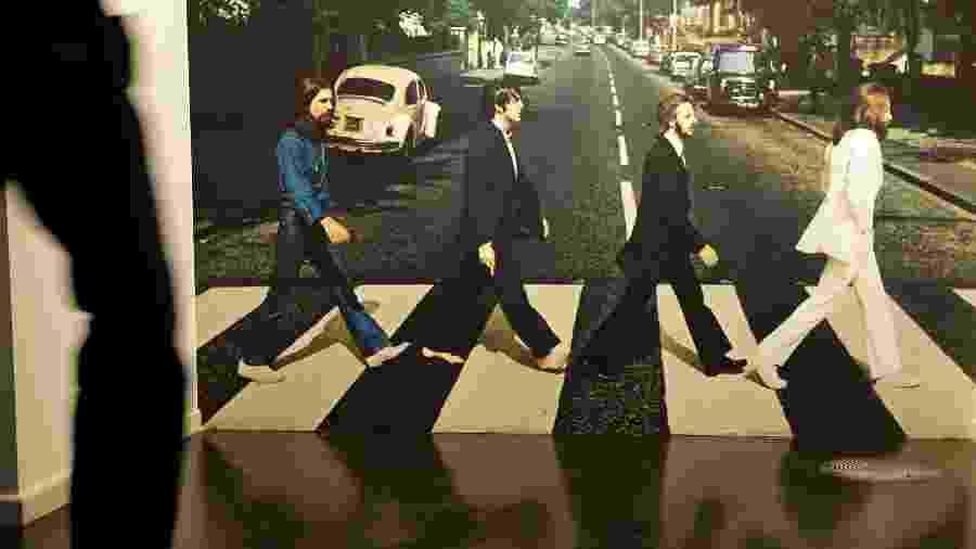 Exposição em Hamburgo (Alemanha) mostra a foto que ilustrou o disco Abbey Road dos Beatles  - Getty Images