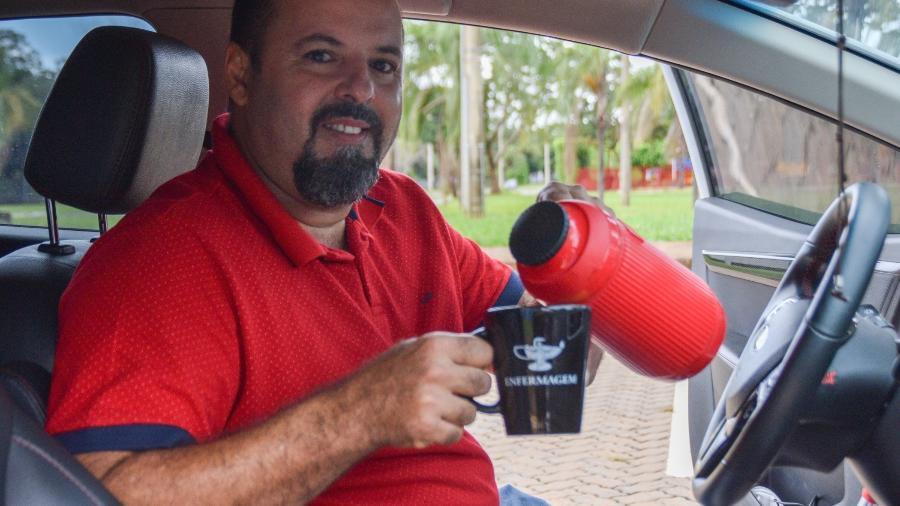 Paulo Cândido, enfermeiro em Brasília e dono de um carro elétrico - Isabella Campedelli/UOL