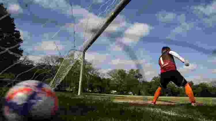Futebol dos veteranos de Santa Maria (RS): No intervalo, o goleiro Peninha, que chegou atrasado, tentou um aquecimento para pegar o ritmo - Renan Mattos/UOL - Renan Mattos/UOL