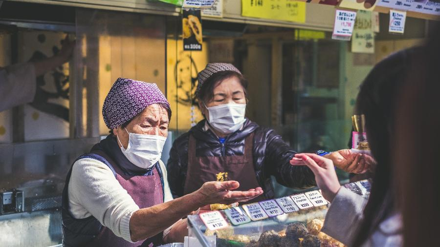 Feirantes em Ueno, na província de Taito, no Japão - Jérémy Stenuit/Unsplash