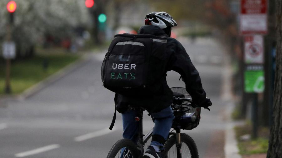 Ciclista do Uber Eats trabalha durante a pandemia de covid-19 - Jonathan Ernst/REUTERS