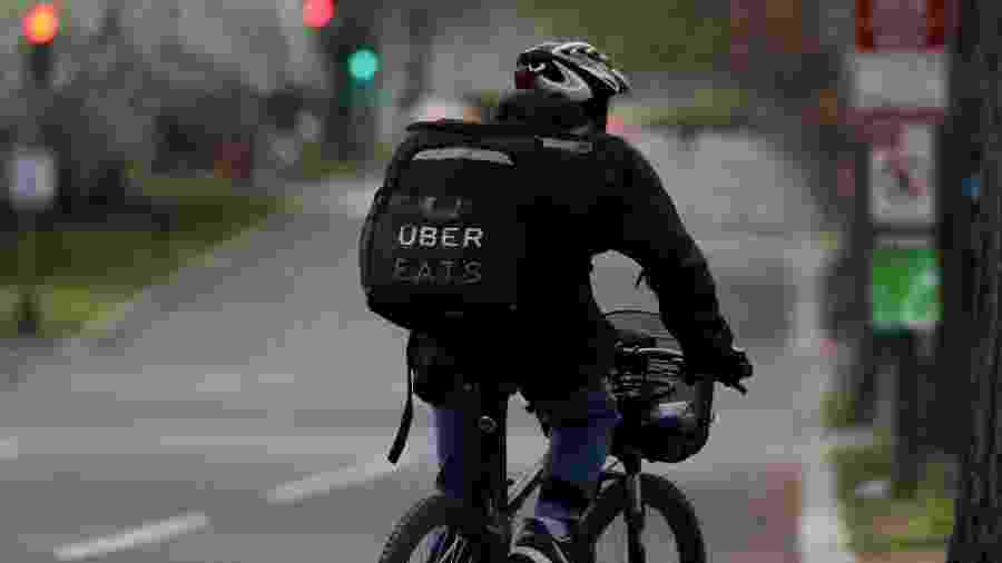 Ciclista do Uber Eats trabalha durante a pandemia de Covid-19, em Washington D.C. - Jonathan Ernst/REUTERS