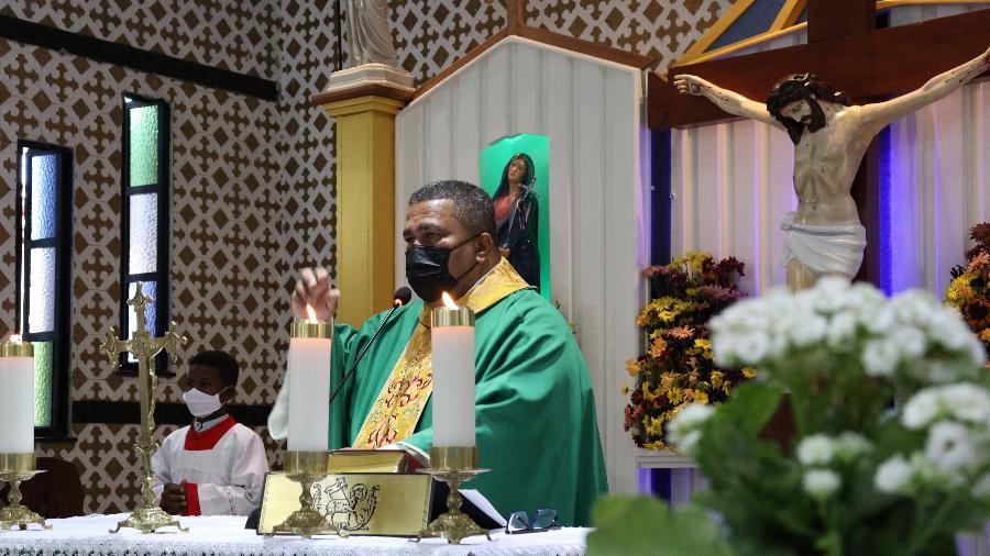 O padre Lázaro Muniz celebra missa na paróquia Santa Cruz, em Salvador (BA) - Aurelio Nunes/UOL
