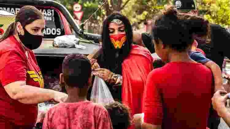 A médica veterinária Rosamaria Cardone, 40, moradora do Belenzinho, se veste de Mulher-Maravilha para distribuir brinquedos pelas favelas de São Paulo - Fernando Moraes/UOL - Fernando Moraes/UOL