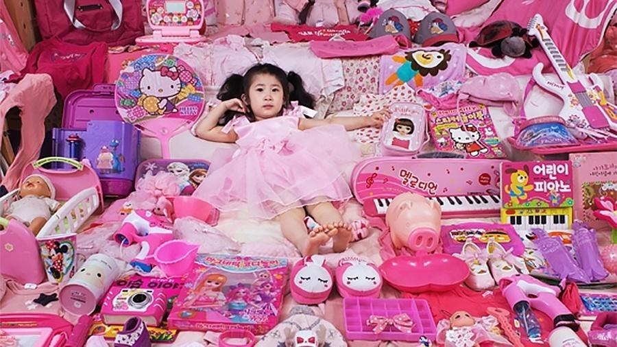 A pequena Seoyoung em seu quarto rosa em Seul (Coréia do Sul), em 2016 - JeongMee Yoon/Divulgação
