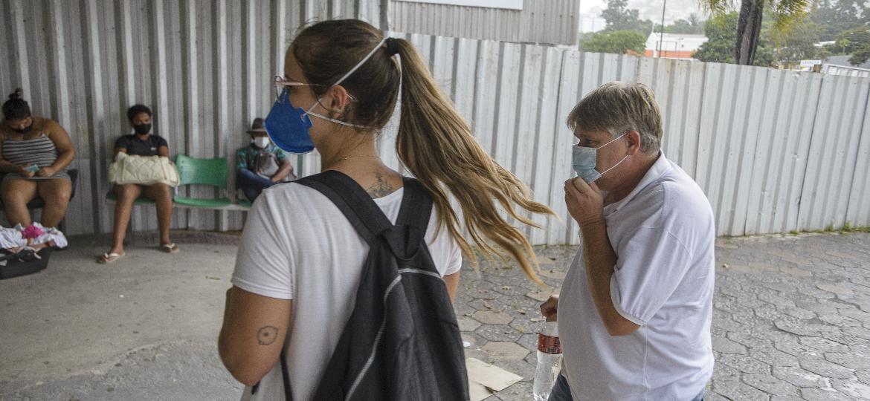 Sidnei Petry chega acompanhado da filha Beatriz à emergência do Hospital Universitário de Florianópolis - Caio Cezar/UOL