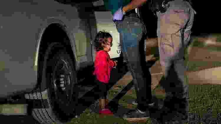Foto concorre a World Press Photo deste ano: No clique de Moore, Yana, de Honduras, chora enquanto sua mãe Sandra Sanchez é revistada por um agente da Patrulha na fronteira americana, em McAllen, Texas, em 12 de junho de 2018 - John Moore/Getty Images/World Press Photo