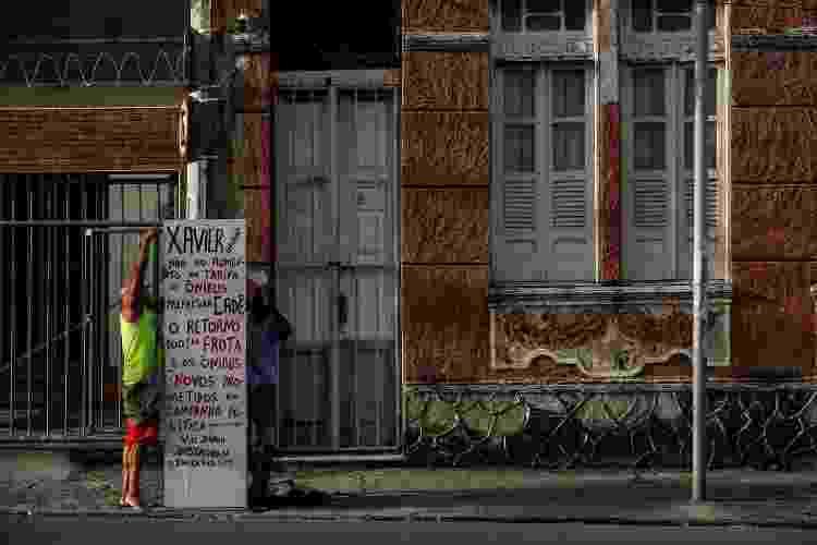 José Jorge Xavier, sargento da PM da Bahia, conhecido por colocar placas na cidade cobrando melhorias da prefeitura em bairros periféricos - Rafael Martins/UOL - Rafael Martins/UOL