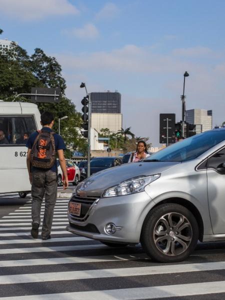 tab narcisismo carro estaciona sobre a faixa de pedestre em São Paulo  - Felipe Gabriel/FolhaPress