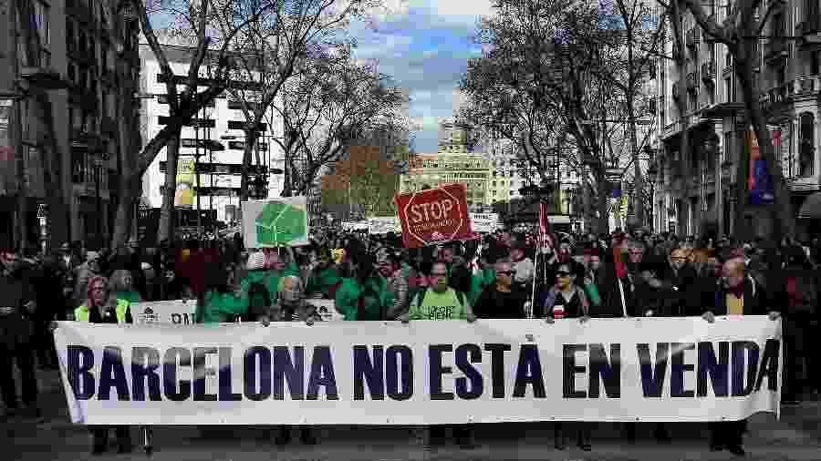 Protesto contra o Airbnb em Barcelona, na Espanha, que tenta controlar a expansão do serviço (jan.2017) - Lluis Gene/AFP Photo