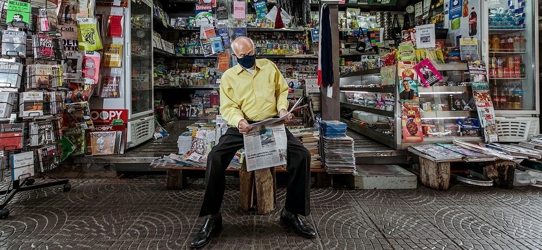 Salvador Neves, 85, jornaleiro mais antigo de São Paulo, em sua banca no viaduto Nove de Julho - Mariana Pekin/UOL