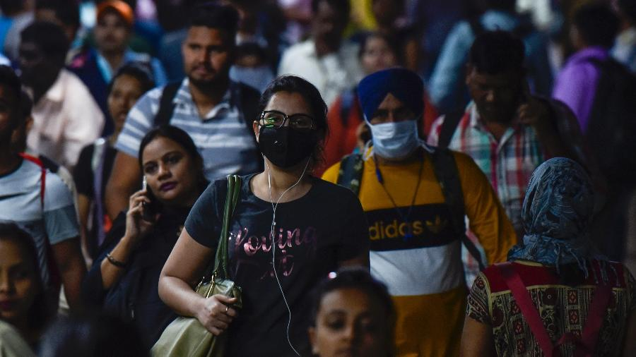 Pessoas usam máscaras de proteção contra Corona Vírus em Mumbai, India - Hindustan Times/Hindustan Times via Getty Images