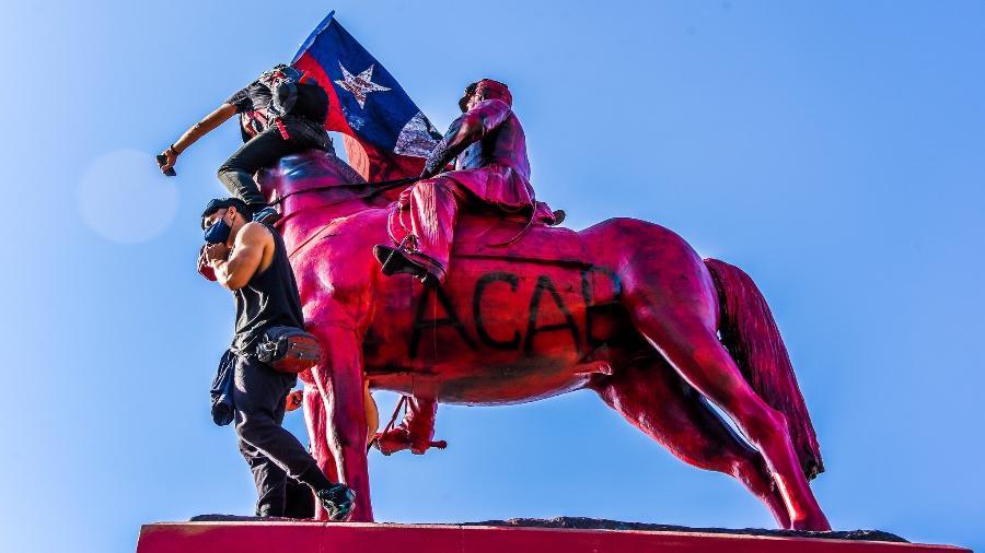 Estátua do general Baquedano pintada de vermelho em 16 de outubro de 2020 - @pauloslachevsky/UOL