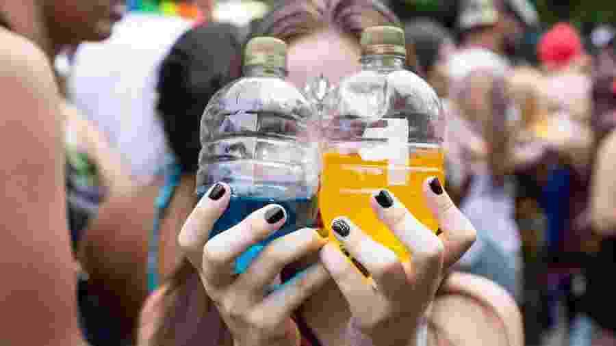 Menor consome bebidas alcoólicas coloridas durante bloco de Carnaval em São Paulo (SP) - Diego Padgurschi /UOL